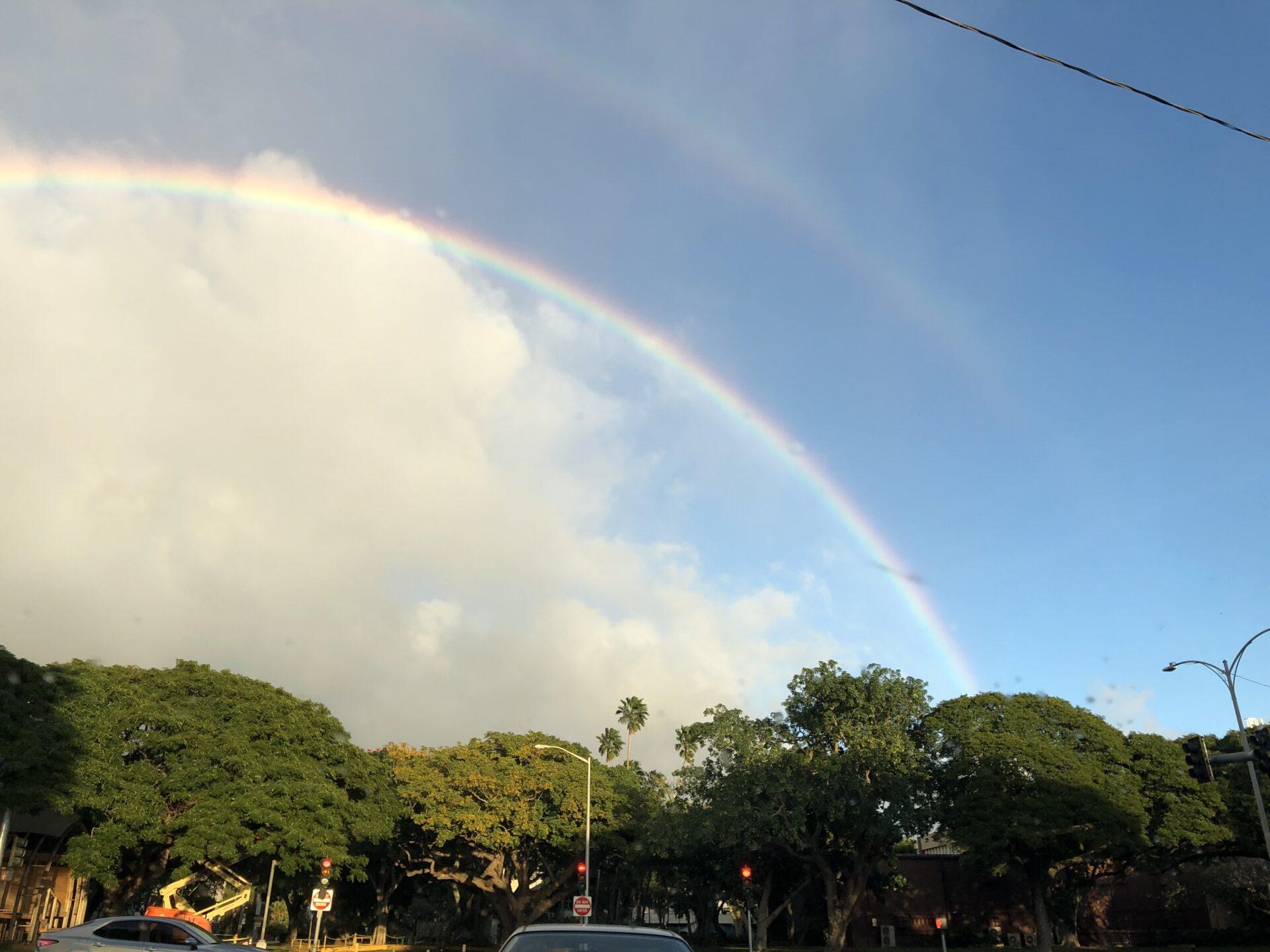 ハワイ大学マノア校にかかるダブルレインボー
